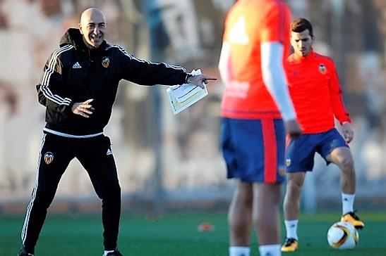 Paco Ayestarán se presenta en el entrenamiento del Valencia