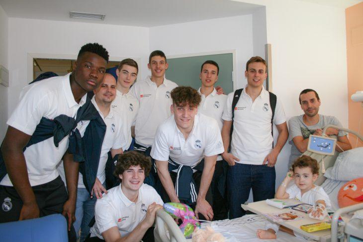 Pacientes pediátricos de La Candelaria y el HUC 'encestan' junto a los juniors del Real Madrid