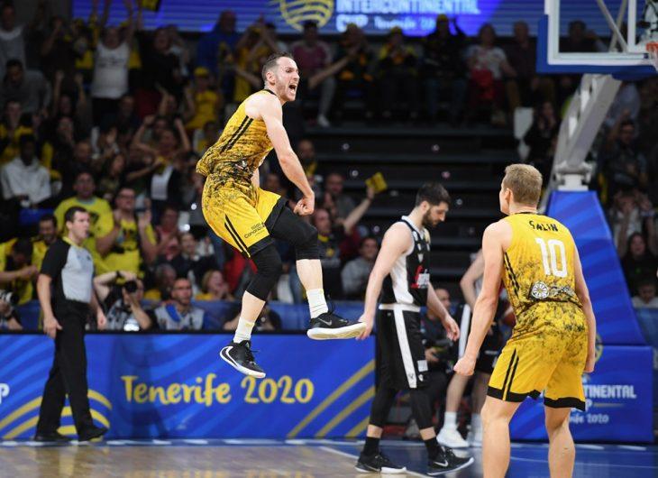 Marcelinho Huertas celebra con euforia uno de los triples anotados en la final ante la Virtus de Bolonia (fiba.basketball)