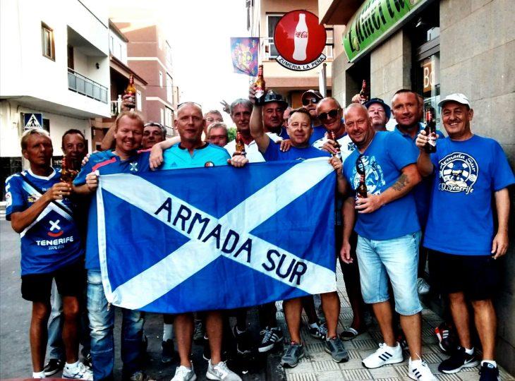 Parte de la Armada Sur durante una reunión antes de un partido del Tenerife (Deporpress).
