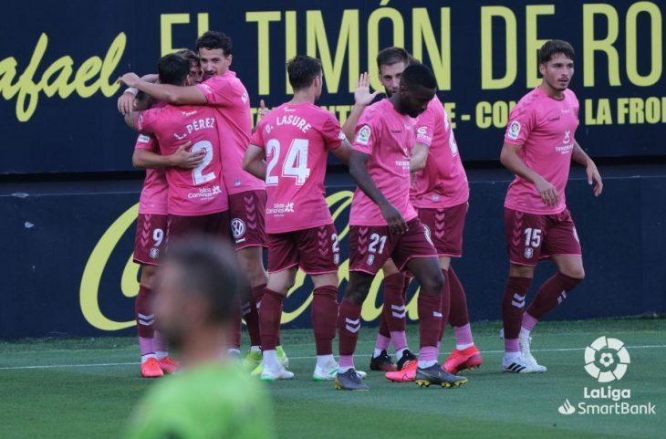 Vence al líder y convence; el Tenerife presenta candidatura al play off