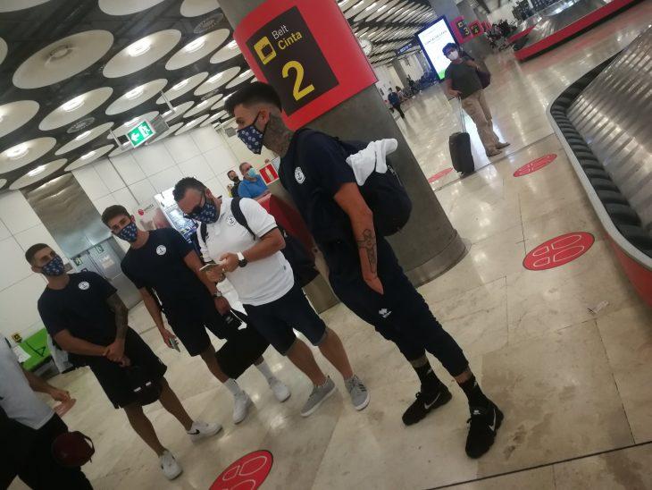 La expedición del CD Marino, con Gerardo Izquierdo en primer término, a su llegada al aeropuerto de Barajas (@CDMarinoOficial).